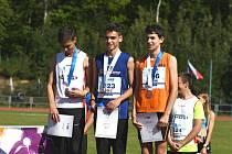 Na snímku jsou tři nejlepší mílaři z republikového šampionátu žáků v běhu na 1 500 metrů. Zleva druhý Denis Václavík, vítězný Matěj Šolc a bronzový Pavel Dolák.