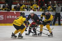 Hokejisté Žďáru (v černých dresech) si doma ve středu poradili s Benešovem.