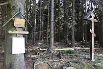 Vojáci si v lese nad kadovem postavili dřevěnou kapličku. Tu po čase nahradil pravoslavný kříž.