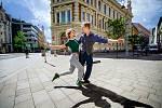 Swing se dá tančit i v kraťasech nebo v teplákách a tančí se všude - v kavárnách, na lodi nebo pod širým nebem v centrech měst. V případě Žďáru zážitky umocní jedinečné prostředí barokního zámku.