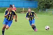 Útočník Pavel Smetana (vlevo) zařídil Vrchovině B dvěma góly první venkovní výhru v sezoně.