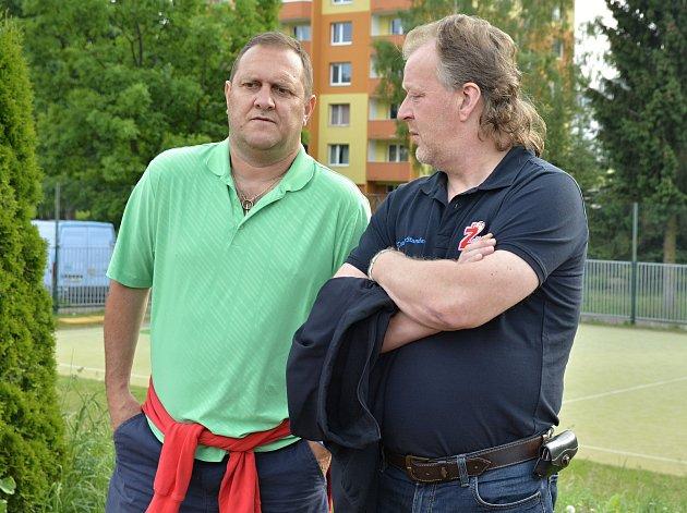 Bedlivým okem dohlížejí na průběh letní přípravy Plamenů trenér Michal Konečný (vlevo) i generální manažer klubu Miloslav Šimon (vpravo).