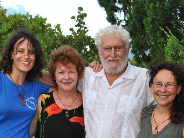Janet Wingate (na společném snímku vpravo) žije v České republice třiadvacet let, učí angličtinu a maluje na hedvábí. Na Bermudách se narodila jako nejstarší dcera přírodovědce a ornitologa Davida Wingata, který většinu svého života věnoval obnově přírody
