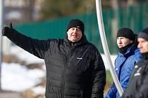 Trenéři Petr Nedvěd (vlevo) a Václav Pohanka (uprostřed) o víkendu neměli možnost vidět své ovečky v akci.