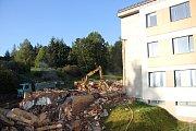 Dělníci nakládají a odváží to, co zbylo z budova bývalého dětského oddělení.