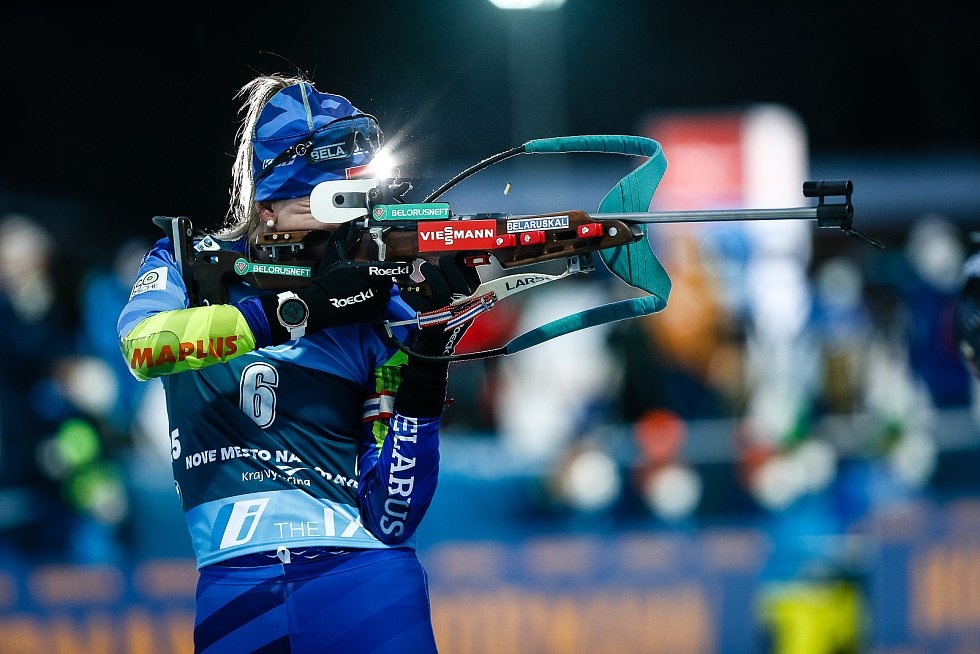 Dzinara Alibekavavá v závodu Světového poháru v biatlonu - stíhací závod žen na 10 km.