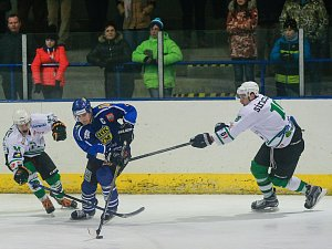 Famózní obrat se v sobotním utkání podařil hokejistům Velkého Meziříčí (v modrém) na ledě Uherského Hradiště, když otočili nepříznivé skóre 0:3 ve svoji výhru 5:3.