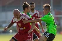 V podzimním vzájemném souboji mezi fotbalisty Velkého Meziříčí (v červeném) a Nového Města na Moravě se na stadionu u Tržiště urodila divoká remíza 3:3.