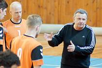 Trenér Petr Juda (v černém) udílí pokyny svým ovečkám.