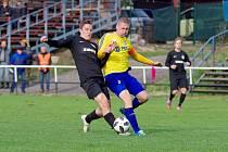 Po vítězné dohrávce proti Ždírci poskočili fotbalisté Velké Bíteše (ve žlutých dresech) už na druhé místo divizní tabulky.
