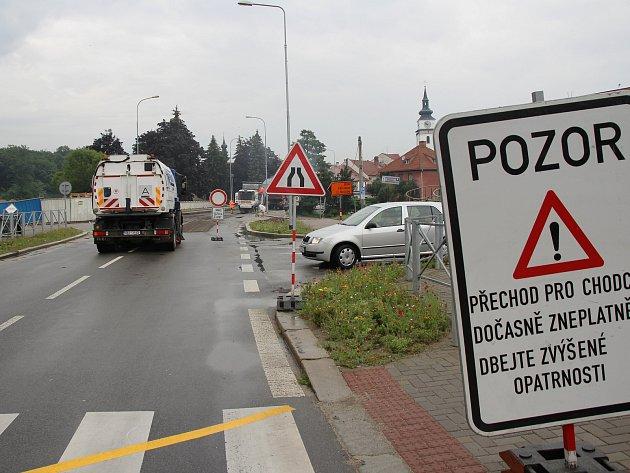 Dopravu ve Velkém Meziříčí komplikuje úplná uzavírka mostu na krajské silnici druhé třídy číslo 602. Silnice tam je neprůjezdná od pátku 4. srpna.