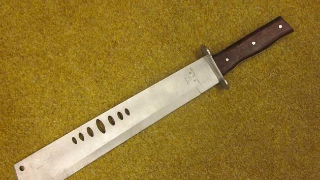 Úřad prodal v aukci mačetu použitou při přepadení pěstírny