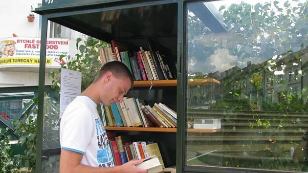KnihoBudka stojí na bystřickém Masarykově náměstí.