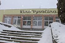 Kino Vysočina bylo otevřeno v září 1963, a tehdy bylo naprostou špičkou co do technologického vybavení, přizpůsobení akustiky i rozložení prostorů pro promítání. Po padesáti letech provozu ale už potřebuje modernizaci.