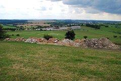 Cihly, kámen, omítka, zbytky prken a další odpad byly navezeny na chráněné území u Pohledce.