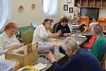 Klienti Domova pro seniory ve Velkém Meziříčí se pravidelně účastní canisterapie a dalších zájmových činností (na snímku setkání s děvčaty z Výchovného ústavu Velké Meziříčí).