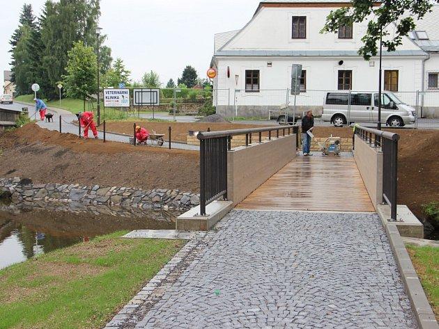 Přes Stržský potok ze zrekonstruovaného parkoviště u zámku Kinských ve Žďáře nad Sázavou k restauraci Táferna vede nová lávka pro pěší.