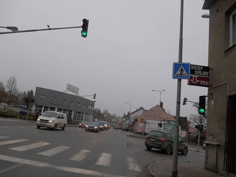 Počátkem roku byla doprava na hlavním tahu Praha - Brno ve Velkém Meziříčí ještě poměrně klidná. Teď stojí řidiči v kolonách.