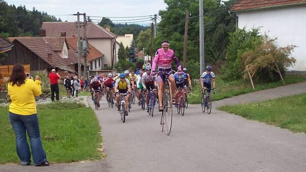 Josef Zimovčak na svém vysokém kole zvládl padesátikilometrovou trať.