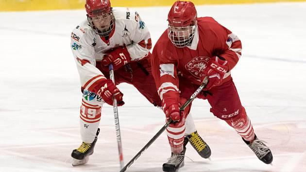 Starší dorostenci Žďáru (v bílých dresech) doma o víkendu nestačili na hokejisty Třince (v červeném). Foto: Petr Nedvěd