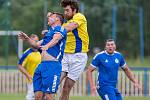 V semifinále krajského poháru nestačili fotbalisté Světlé nad Sázavou (v modrém) na Novou Ves (ve žlutých dresech), která je po výhře 3:0 ve finále.