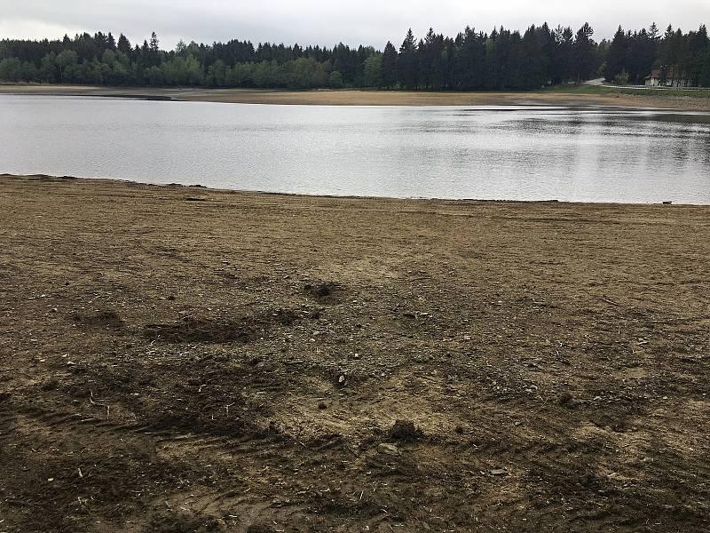 Obec nechala zavézt část rybničního dna pískem a obnovila pláže. Vody je v Sykovci zatím málo.