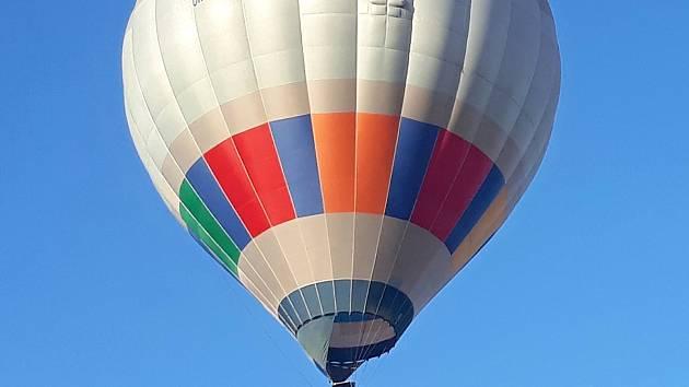 Horkovzdušný balon s poštovními zásilkami vzlétne za příznivého počasí ze žďárského náměstí Republiky 27. října mezi 16. a 17. hodinou.