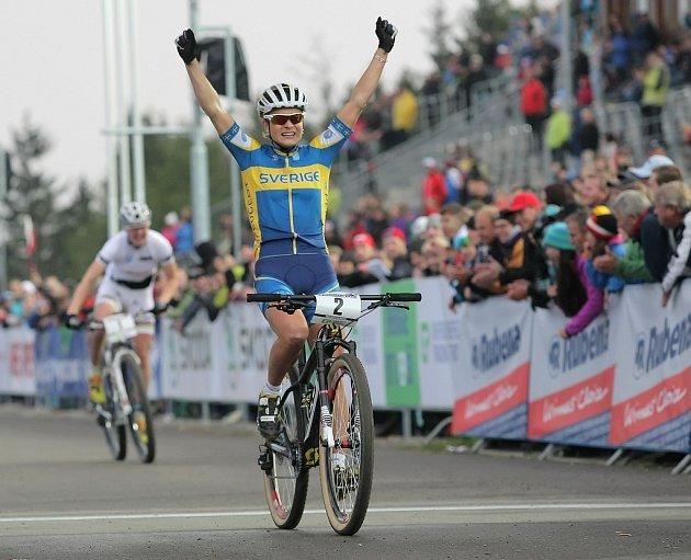 Sprint Světového poháru horských kol v Novém Městě na Moravě. Cíl sprintu žen se šťastnou Jenny Rissveds.
