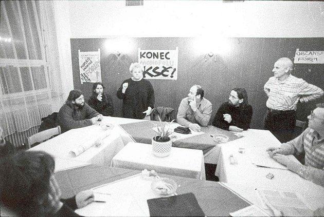 17. listopad roku 1989 prožívali lidé ve Žďáře nad Sázavou až s několikadenním zpožděním. Jedním z vrcholů sametového revolučního dění ve městě pak byla generální stávka, které se účastnily obrovské davy lidí.