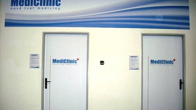 Vstupem do sítě firmy MediClinic se z privátního lékaře stane zaměstnanec. S pravidelným platem, pracovní smlouvou na dobu neurčitou a možností zajištění jeho nástupce.