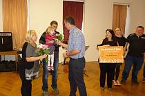 Rodiče čtyřleté holčičky převzali 7. dubna symbolický šek. Vybrat se povedlo bezmála 800 tisíc korun. Ty využije rodina na úhradu Natálčiny léčby.