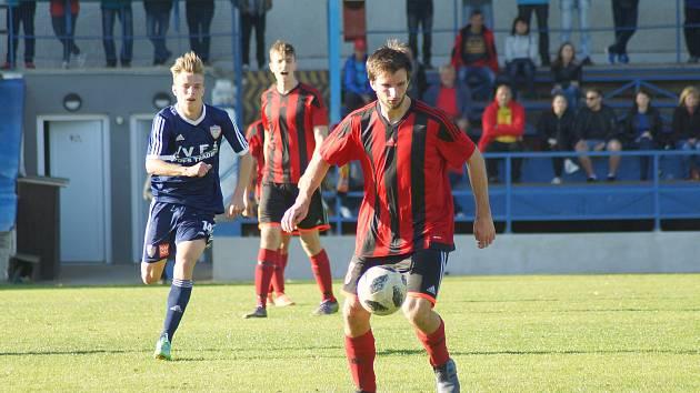 Nerozhodným výsledkem 1:1 skončil přípravný zápas fotbalistů Moravce (v pruhovaném) proti Křižanovu.