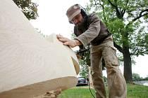 Písečného sochaře a umělce Radovana Živného práce se dřevem zatím moc neživí. Má tak absolutní svobodu a nemusí dělat žádné kompromisy s galeriemi a zákazníky.