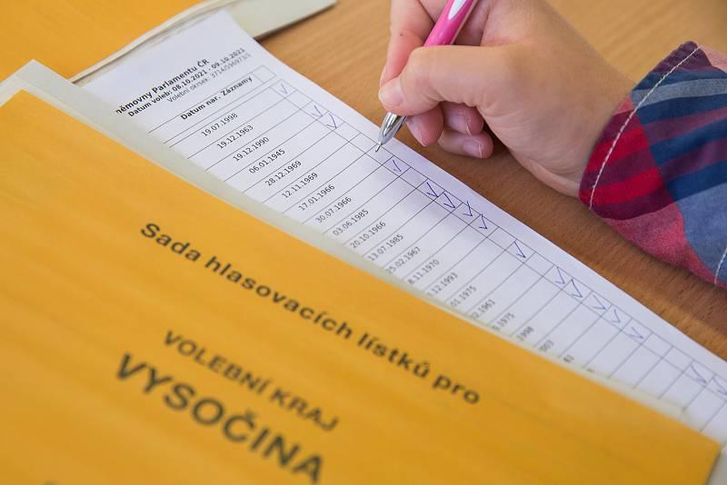 Volby do Poslanecké sněmovny ve volební místnosti ve Velké Bíteši.