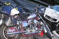 Auto srazilo čtyři motorkáře, jeden zemřel, dva byli zraněni