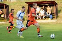 Fotbalisté Radešínské Svratky (v oranžovém útočník Ivo Plhal) remizovali v úvodním jarním kole I. B třídy –  skupiny B v Nedvědici 1:1.