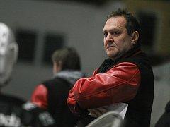 Svěřenci trenéra žďárských hokejistů Michala Konečného (na snímku) se předposlední den v letošním roce představí na horké půdě Moravských Budějovic.