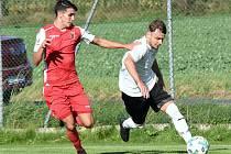Po úvodní prohře v Nové Vsi vyhráli fotbalisté Pelhřimova (v bílém dresu) devět zápasů v řadě. Po zásluze tak vévodí tabulce krajského přeboru.