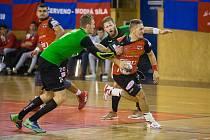 Nejlepším střelcem házenkářů Nového Veselí v jeho sobotním utkání na palubovce Lovosic byl se sedmi brankami Martin Kocich (v červeném dresu).