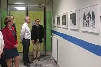 Dvě desítky zarámovaných černobílých i barevných fotografií od klientů Terapeutické komunity Sejřek zdobí v těchto dnech stěny Rodinného centra Srdíčko ve Žďáře nad Sázavou.