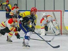 Sobotní utkání 21. kola Krajské ligy jižní Moravy a Zlínska mezi hokejisty Velké Bíteše (v modrém) a Blanska dospělo až k samostatným nájezdům. V nich Bítešským bod navíc zajistil svým gólem střelec Račický.