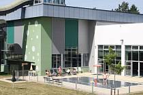 Návštěvníci Relaxačního centra ve Žďáře nad Sázavou mají možnost využít i jeho venkovní část. Tam je umístěn dětský bazén s vodním hřibem, skluzavkou a zmiňovanou opalovací loukou.