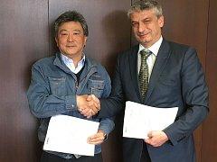 Majitel a prezident společnosti Nakamura Iron Works Co. Ltd. Soichiro Nakamura s členem představenstva a generálním ředitelem akciové společnosti ŽĎAS Miroslavem Šabartem při podpisu kontraktu.