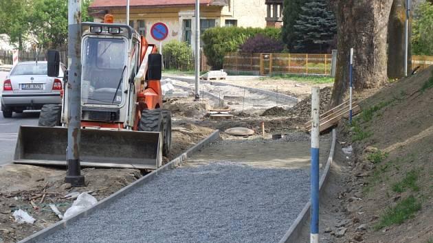 Do začátku poutě by měla být dokončena přestavba chodníku v ulici Jungmanova naproti Zimnímu stadionu.