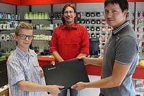 Nadaný mladík ze sociálně slabé rodiny získal počítač darem od soukromých společností.