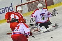 Souboj žďárských a pelhřimovských (ve světlém) hokejistů byl do poloviny vyrovnaný, nakonec ale přinesl dominanci domácích Plamenů.