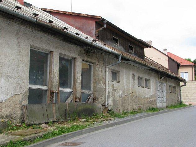 Ze Zahradní ulice v Bystřici nad Pernštejnem by měl konečně zmizet v příštím roce chátrající objekt bývalé pekárny. Co však na jejím místě vznikne, zatím není jisté.