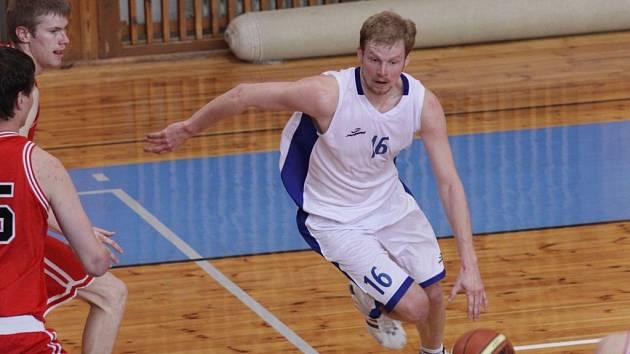 Třebíčský Pavel Jančář a žďárský Jiří Bubák (v bílém na snímku) byli v letošní sezoně nejlepšími střelci svých týmů. Oba basketbalisté se s průměrem přes dvacet bodů na zápas řadí mezi druholigovou elitu.