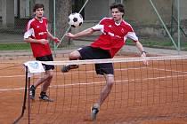 Lukáš Nejedlý zahrává technický míč. Jak si poradí sleduje jeho bratr David.