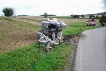 Těžký stroj skončil v příkopu při nehodě u Pánova.